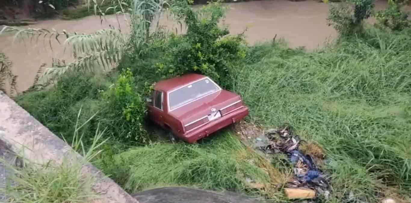 Una pareja de la tercera edad, sufrió un ataque de histeria, cuando el vehículo en que viajaban se desplomo hacia el lecho de rio