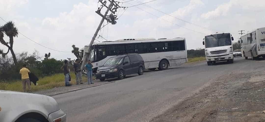 Un camión  de transporte de personal terminó estrellándose contra un poste