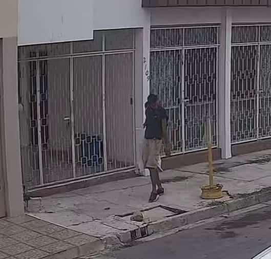 En el momento que salía de un domicilio al que presuntamente entró a robar, ya que llevaba diversos objetos, un hombre fue detenido
