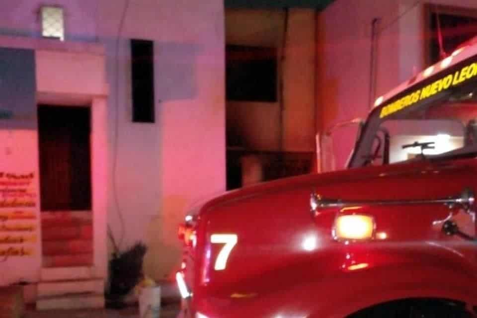 Rescataron a una familia de la colonia Los Robles, después de registrarse un incendio en la sala de la casa.