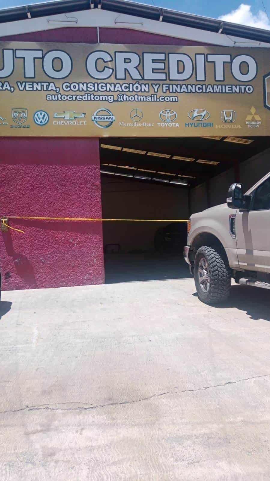 De al menos tres balazos un hombre fue ejecutado en el interior de un lote de autos