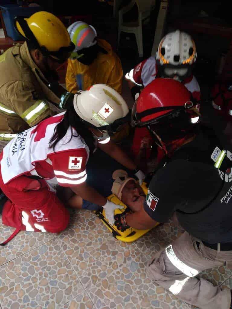 terminó con lesiones graves, después de desplomarse del segundo piso de su casa