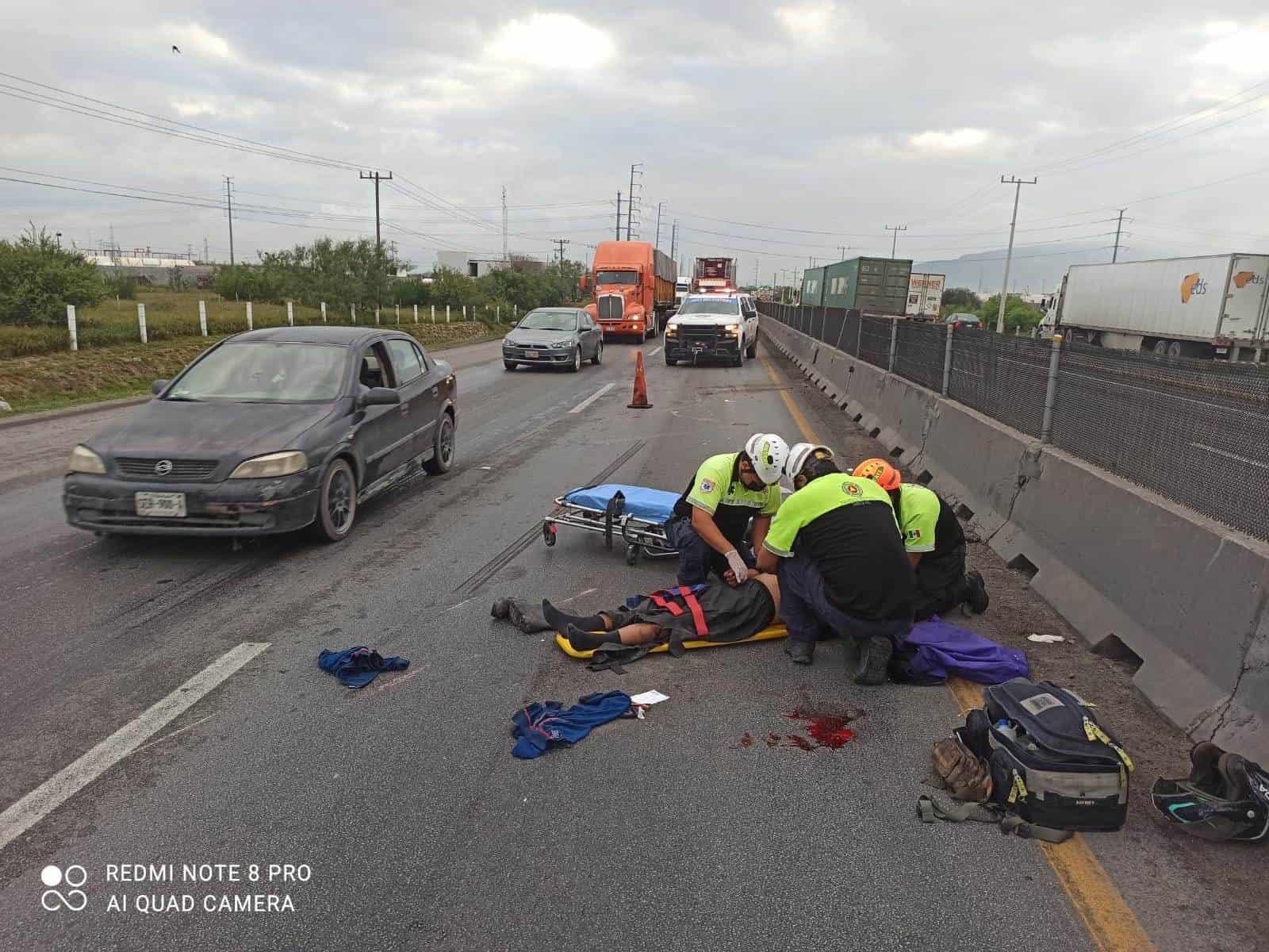El motociclista resultó lesionado luego de estrellar su unidad contra el muro de concreto