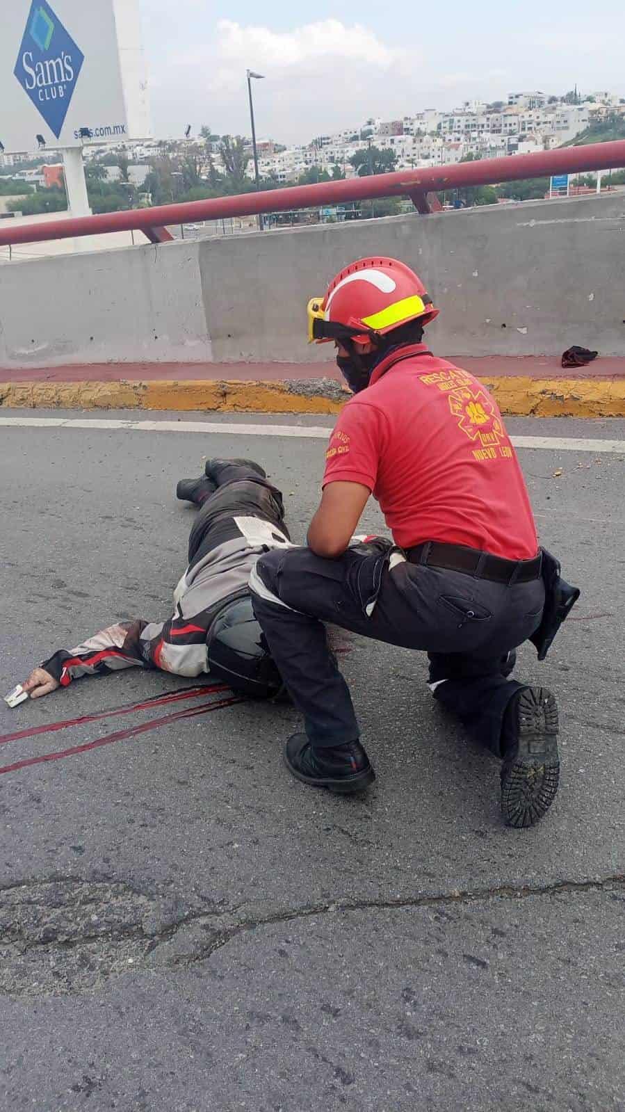El motociclista falleció luego de derrapar y estrellarse contra uno de los muros de concreto
