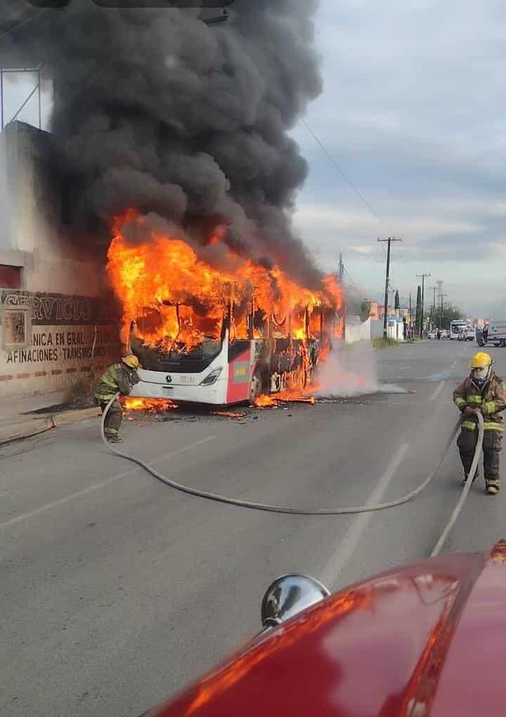La unidad de la ruta 226 comenzó a incendiarse en forma repentina en la colonia San Genero en Escobedo