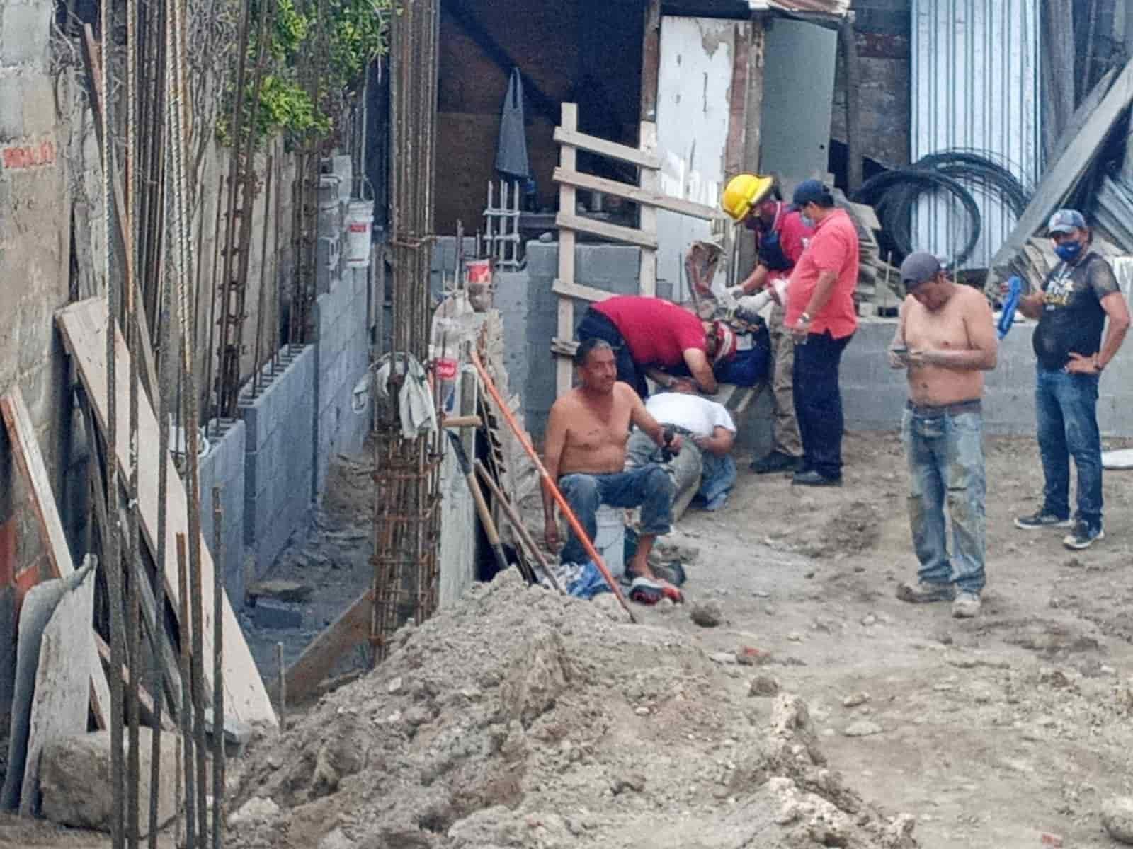Dos trabajadores de la obra resultaron lesionado al caerles un talud de tierra