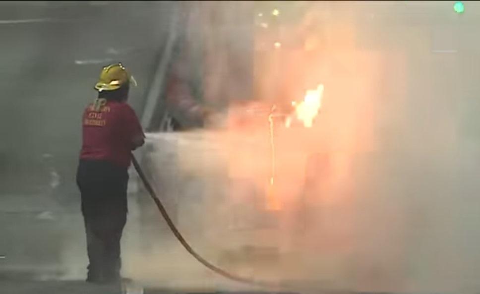 Un indigente les prendió fuego, a dos parachoques, luego de rosarlos con combustible