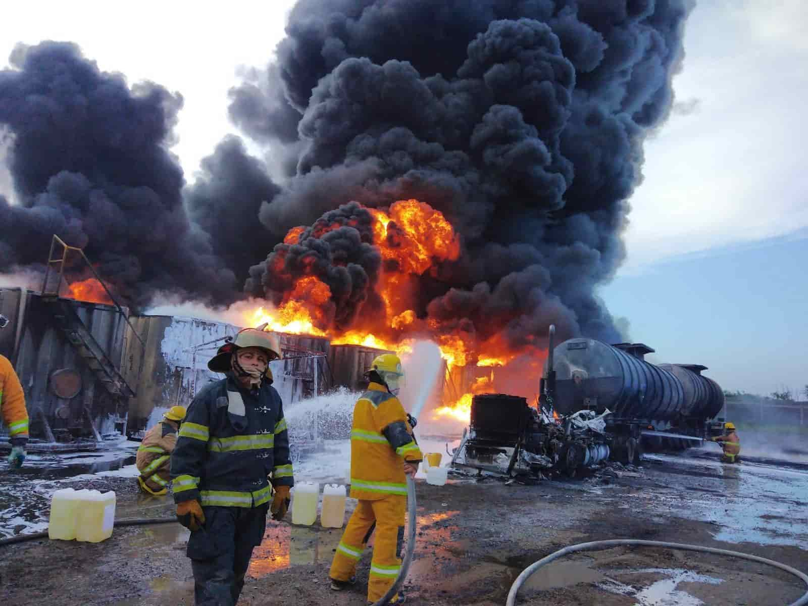 Se incendió y explotó un auto-tanque Full cargado con diésel y al menos 10 contenedores, dejando una persona grave