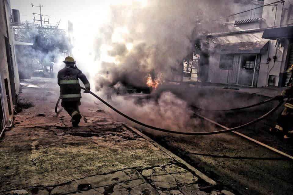 Sufrió un ataque de histeria, después de que su automóvil, comenzó a incendiarse