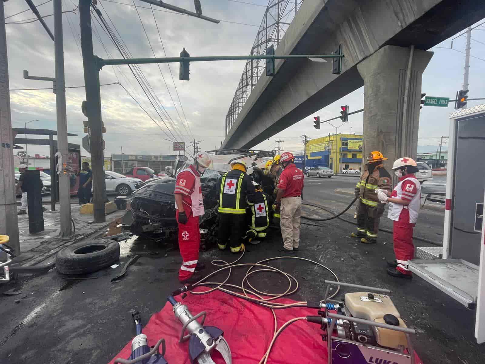 El conductor resultó lesionado luego de estrellar su camioneta contra una columna del metro