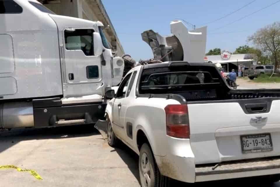 El conductor perdió la vida al estrellar su camioneta contra un tráiler