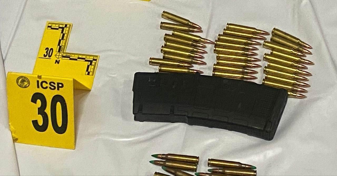 Una bolsa de plástico con restos al parecer humanos fue asegurada por la Fiscalía General de Justicia de Nuevo León, así como droga, un arma larga, más de 300 cartuchos hábiles y equipo táctico, tras un cateo