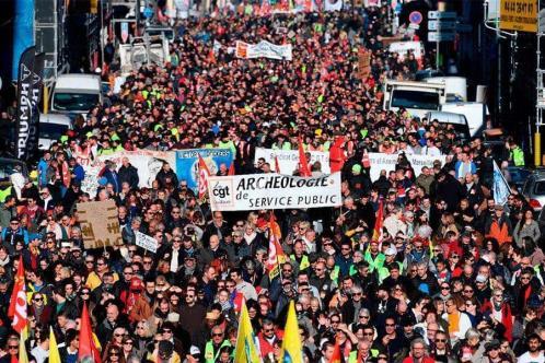 Protestan contra pase sanitario y vacunación en Francia