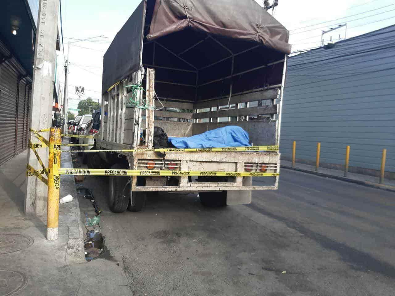Investigan la muerte de un hombre quien fue encontrado sin vida ayer en la parte posterior de un camión de carga