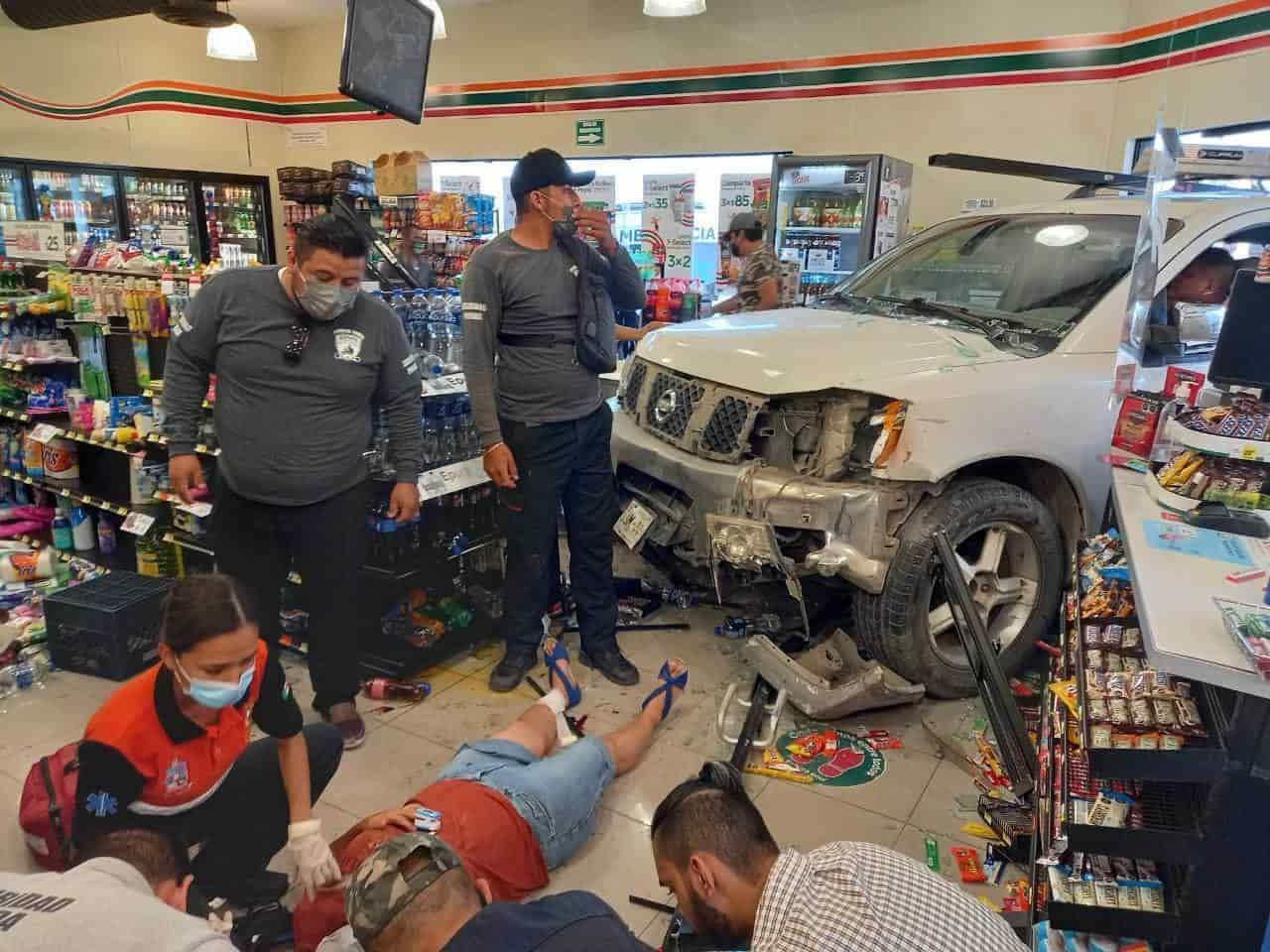 Un hombre que conducía bajo los efectos de las bebidas alcohólicas, termino incrustado en el interior de una tienda