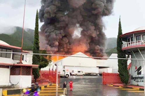 Arde bodega llena de colchones en Santiago