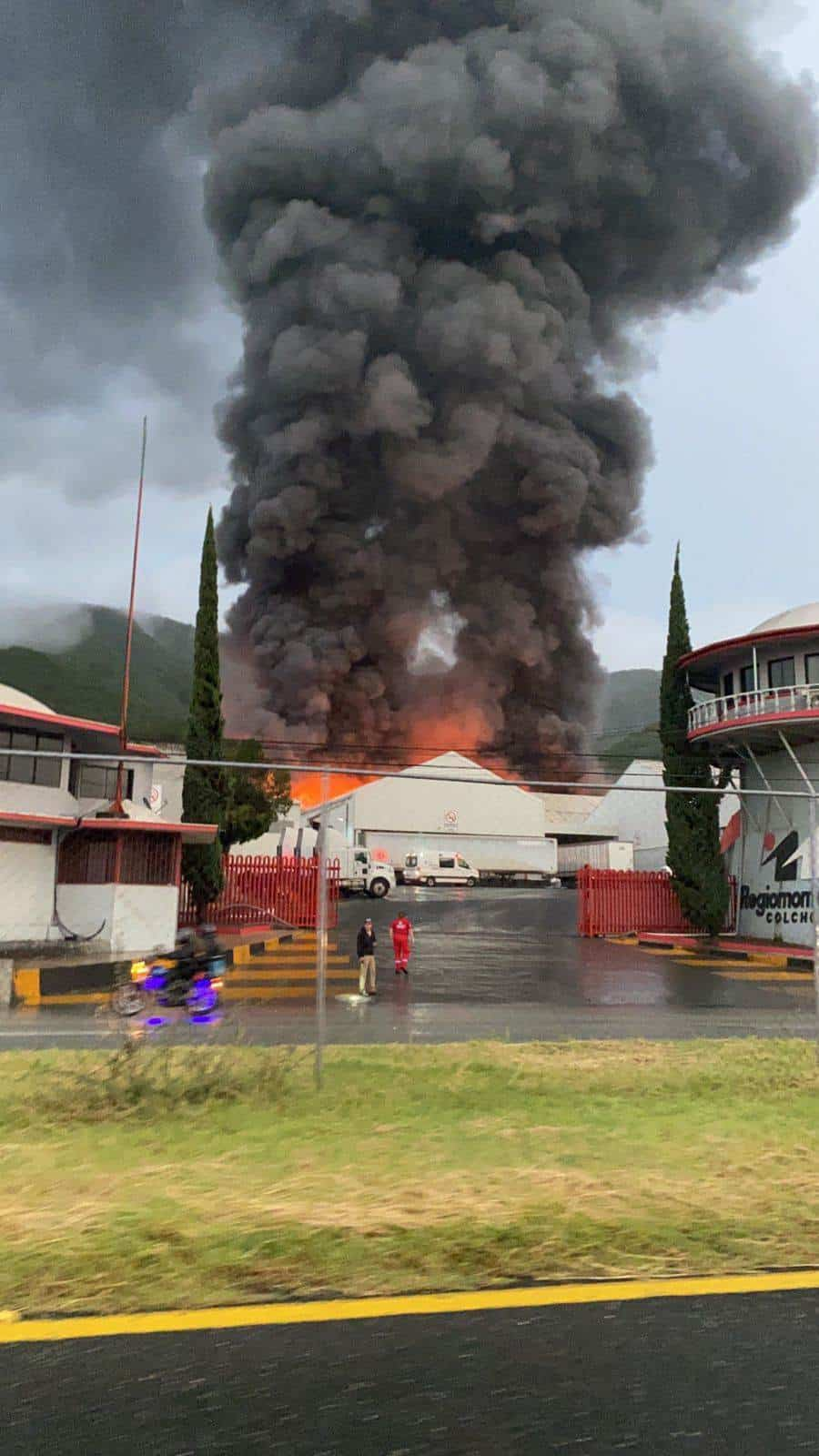 El incendio de una nave donde almacenan colchones, provocó la rápida movilización de los cuerpos de rescate