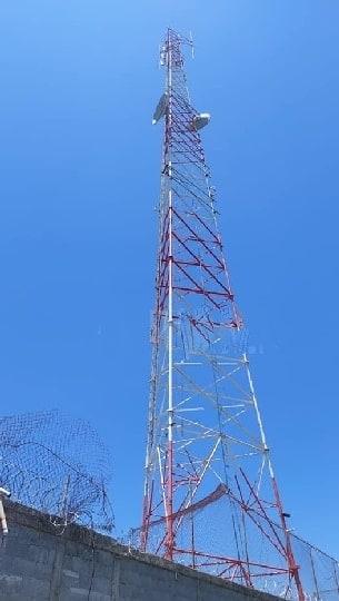 Ddetienen a dos sujetos que fueron sorprendidos, desmantelando una antena aérea