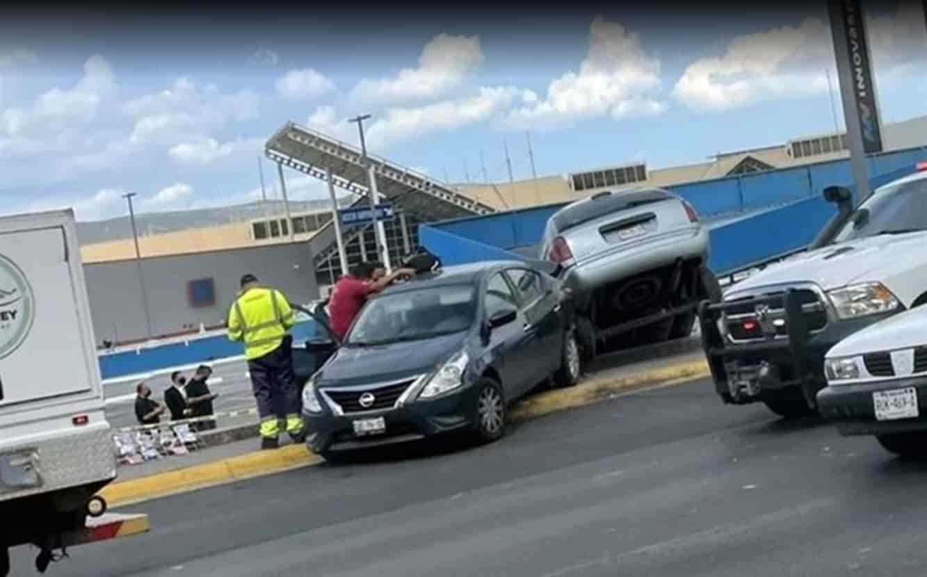 Un menor perdió el control del volante impactándose con tres vehículos