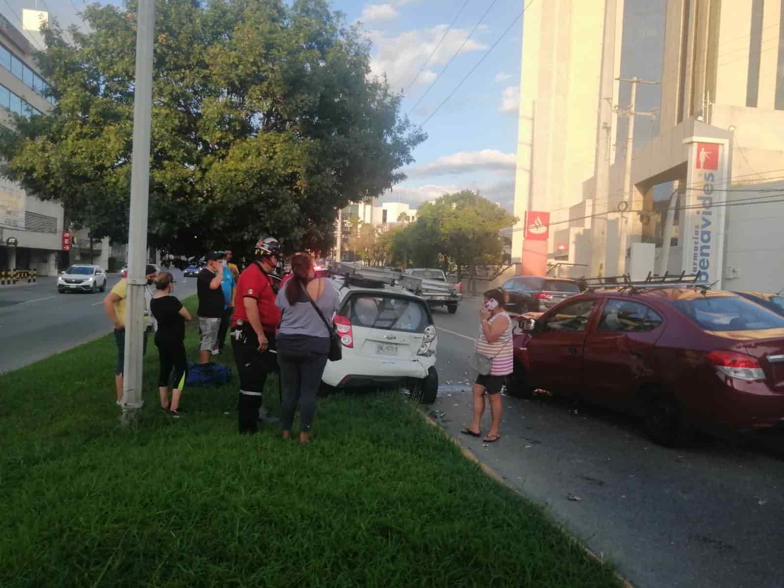 La mujer se impactó con tres vehículos donde por fortuna no hubo lesionados
