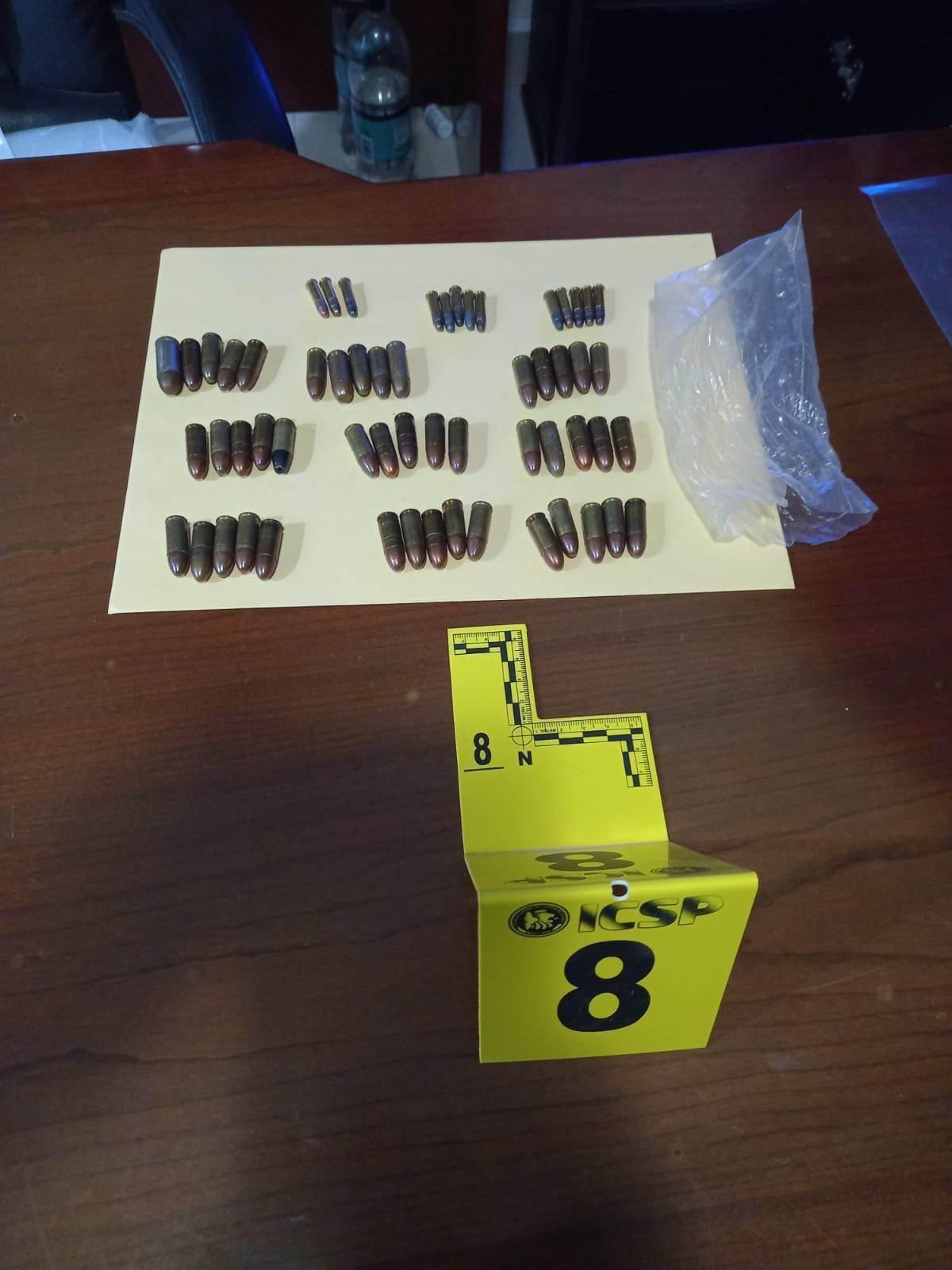 Un agrandada de fragmentación, dos armas de fuego, cartuchos hábiles, droga y dos hombres arrestados, fue el resultado del cateo