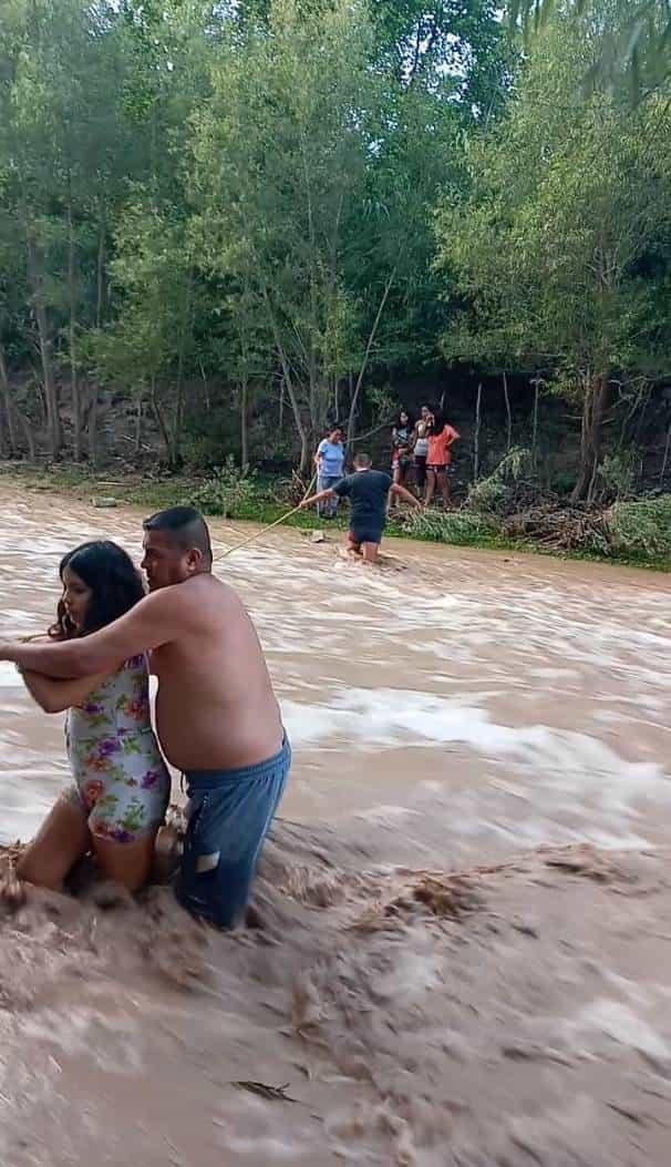 Una familia de Montemorelos, quedó atrapada en una creciente de agua del Río San José