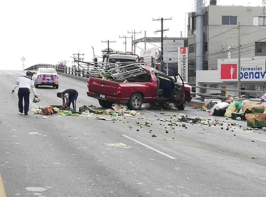 Una camioneta cargada con una tonelada y media de frutas y legumbres, se volcó