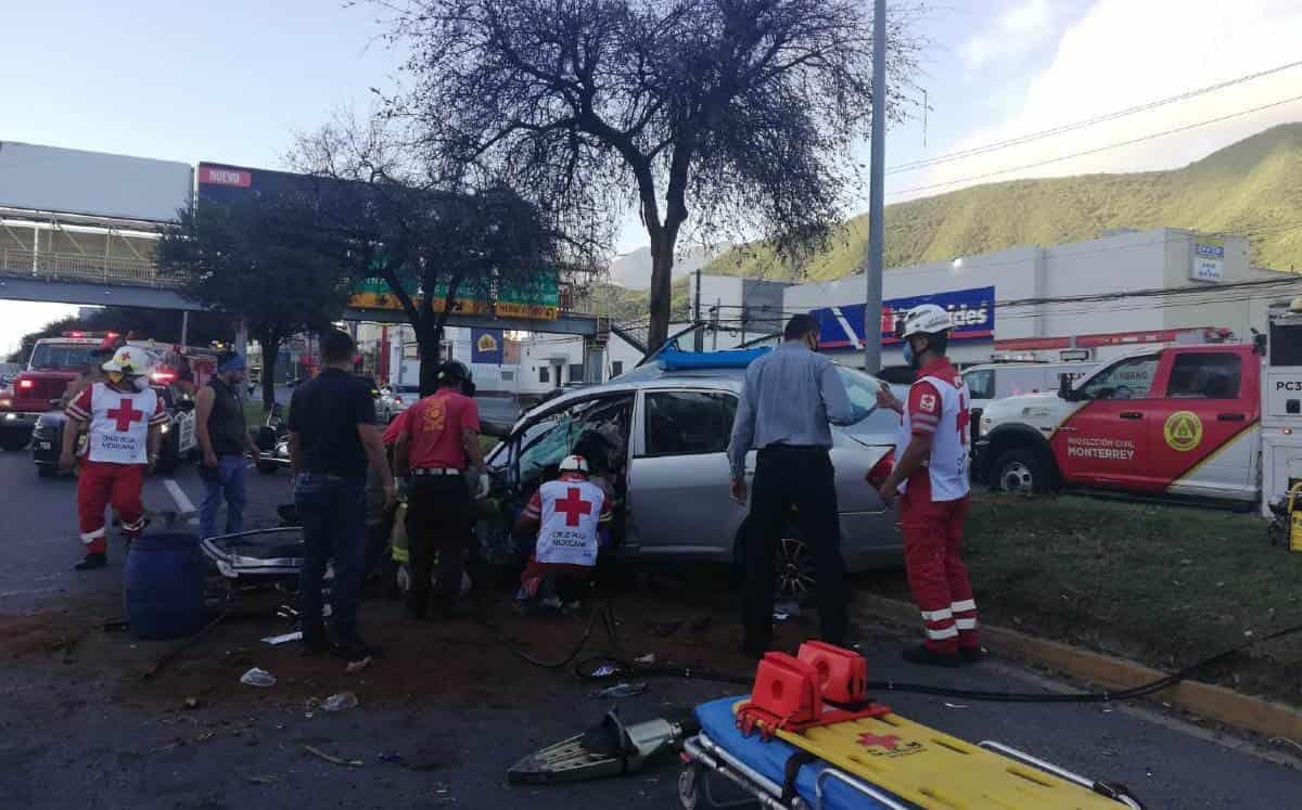 La mujer chocó su vehículo contra una barra de contención ubicada en el camellón central de la Avenida Garza Sada