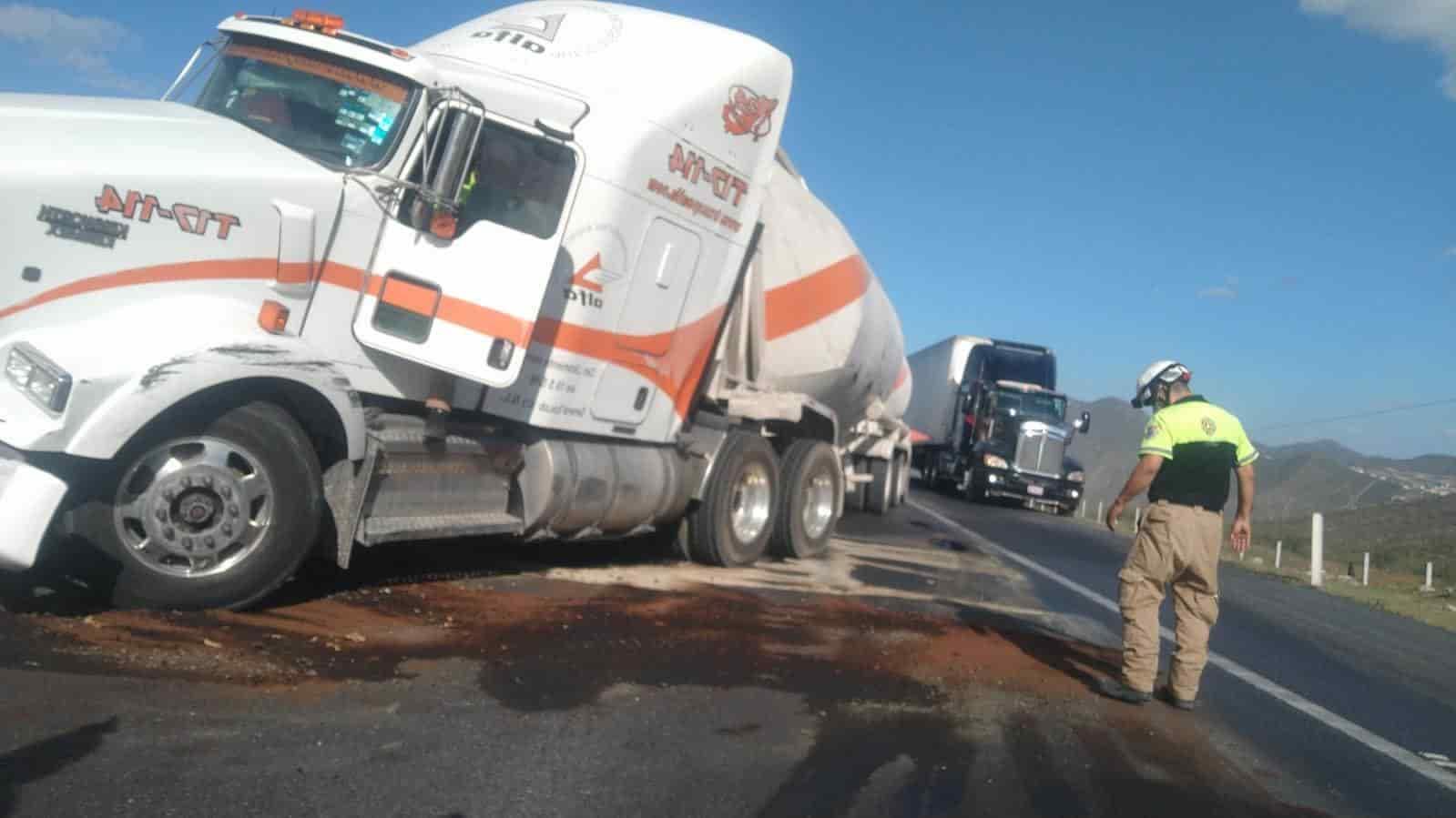 El choque entre los tractocamiones fue reportado a las 17:40 horas sobre la Carretera libre Monterrey-Saltillo