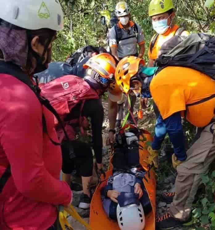 Una mujer decidió desafiar a las autoridades, explorando el Cerro de la Mitras, pero fue descubierta cuando sufrió un accidente en el ascenso