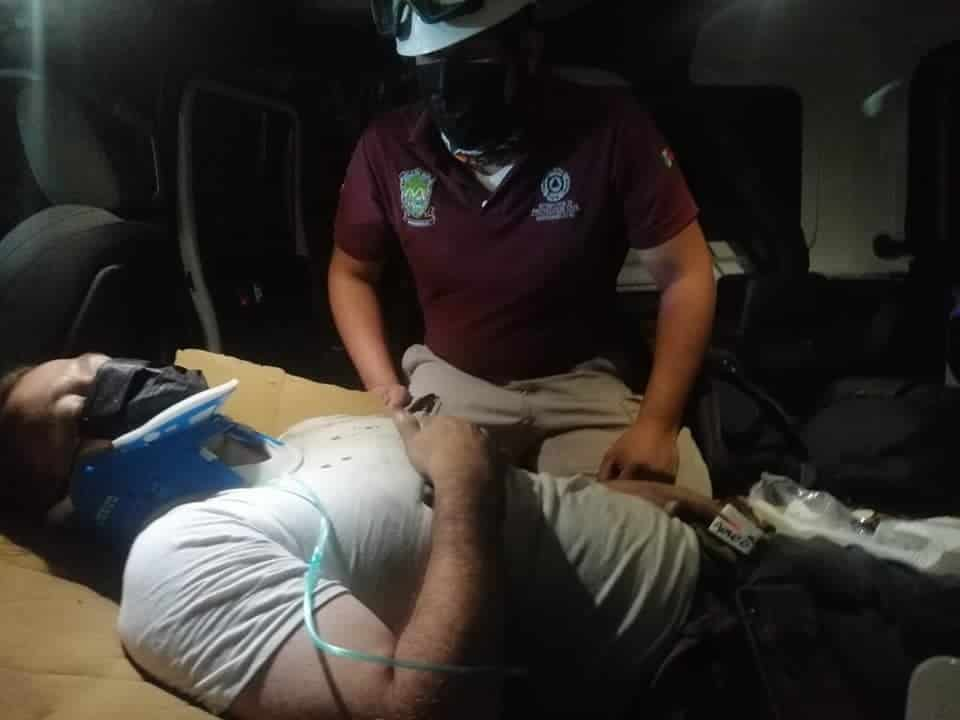 Terminó atrapado en su jeep, después de volcarse en un voladero
