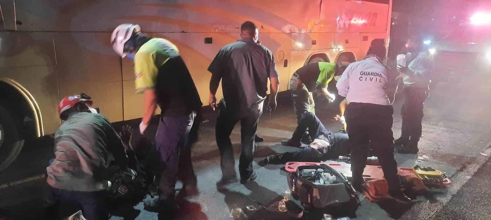 Una persona sin vida y dos policías municipales lesionados al igual que un motociclista, es el saldo de un doble accidente vial