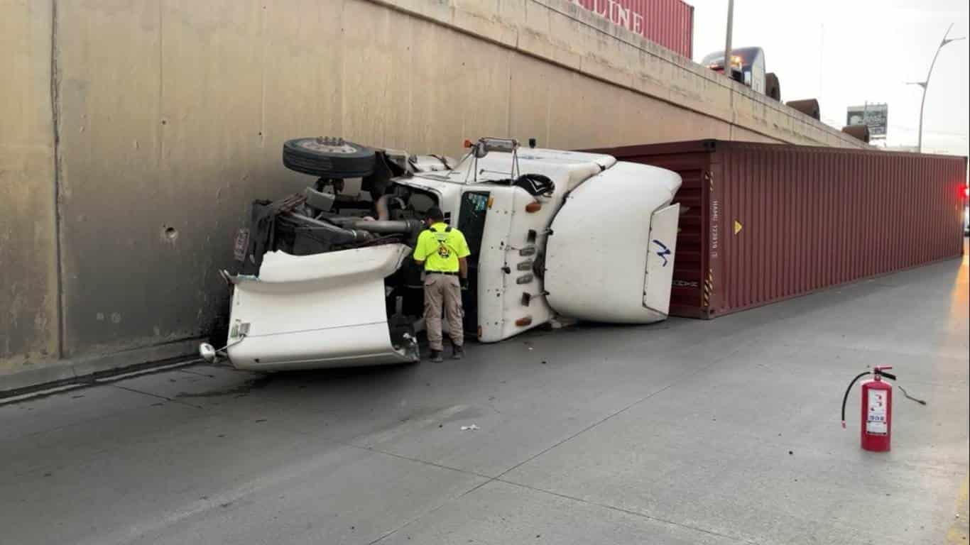 Una falla mecánica en el sistema de la dirección, ocasiono que un trailero se estampara contra un muro