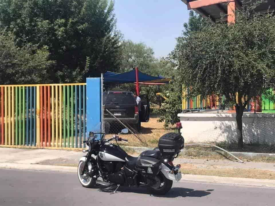 una camioneta, termino incrustándose en el patio de un Kinder