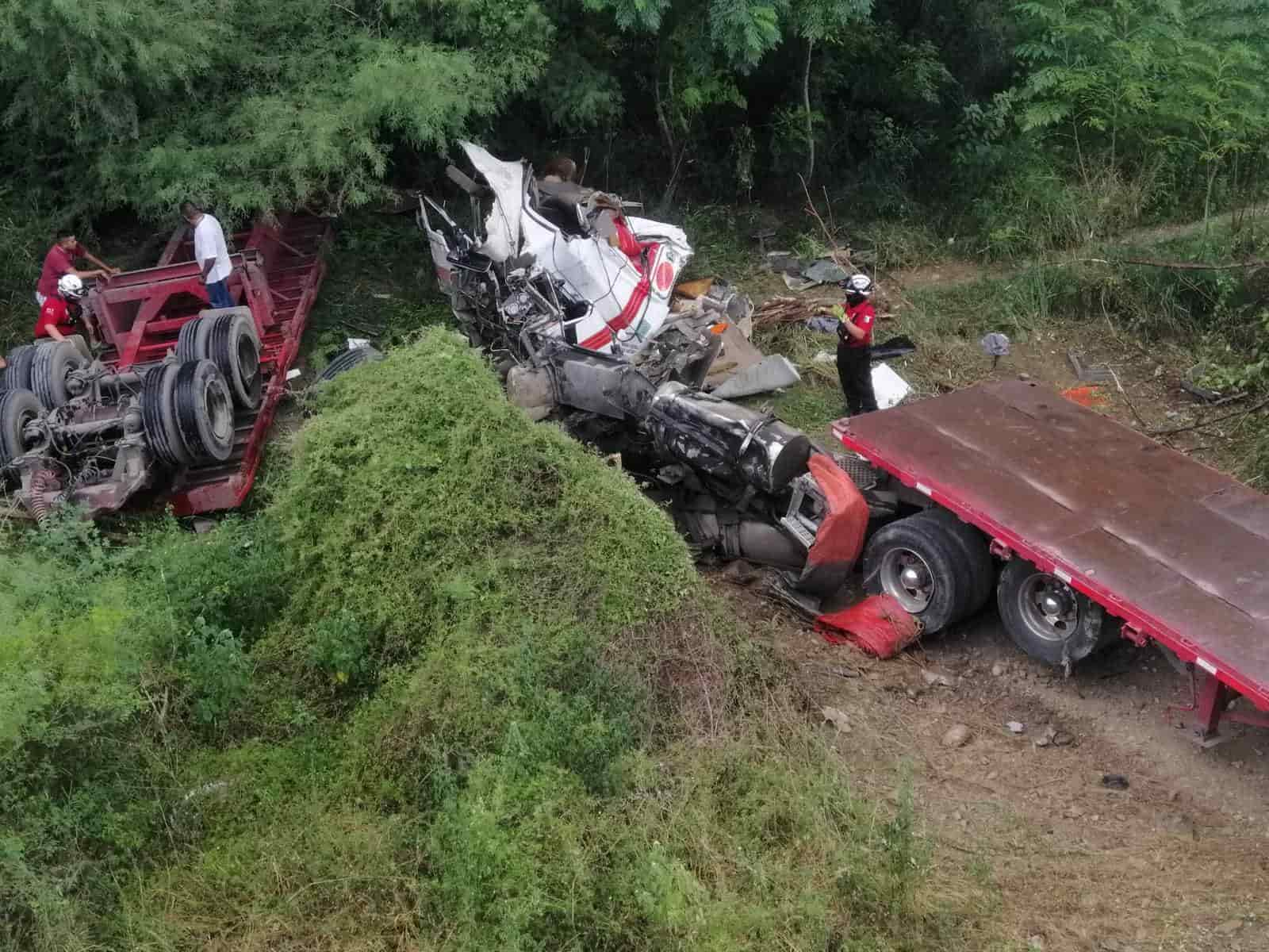 Un operador de un vehículo de quinta rueda se debate entre la vida y la muerte, después de haberse desplomado