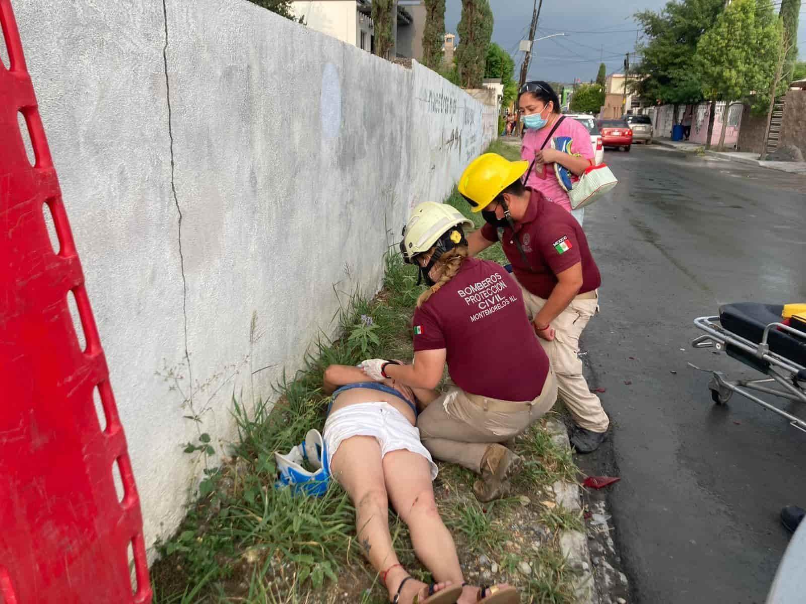 Dos personas que caminaban por una banqueta terminaron con diversas lesiones, al ser arrollada por un automóvi.
