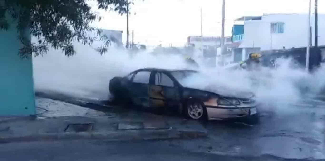 Se registró en la colonia Industrial de Monterrey,  el incendio de un automovil