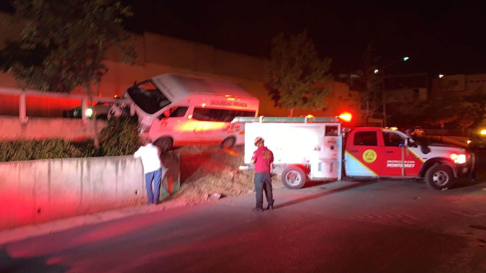 Después de una dormitada al volante, el conductor de una camioneta se estrelló contra un muro