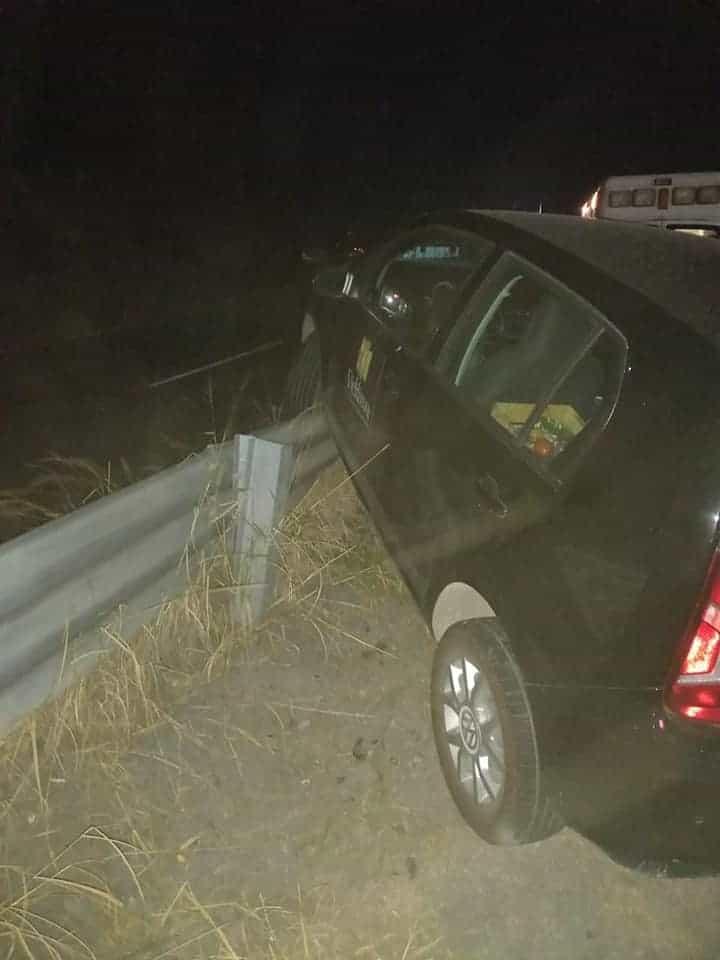 Un hombre terminó con diversas lesiones, al estrellar su automóvil contra una barda