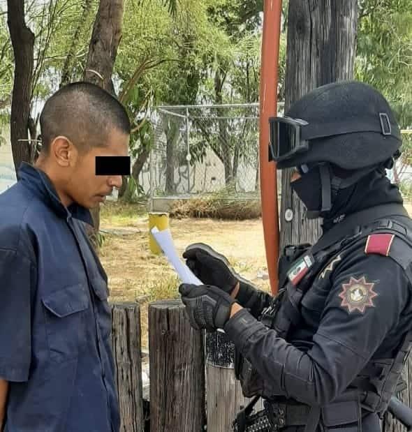 Tras discutir en un parque, dos hombres fueron arrestados, les encontraron droga entre sus ropas