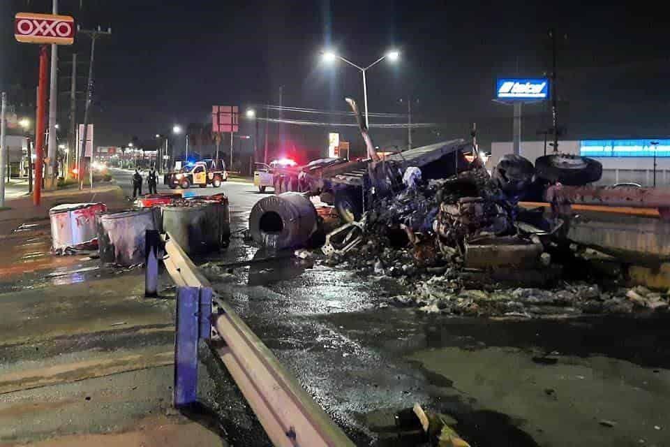 Un trailero se salvó de morir calcinado, al ser rescatado por varios automovilistas