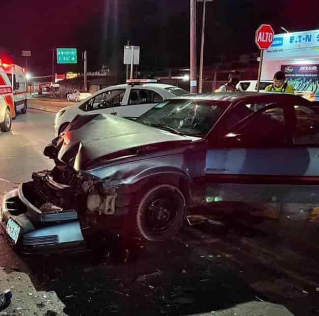 Un automóvil Chevrolet de colección, quedó totalmente destruido, después de impactarse contra una camioneta