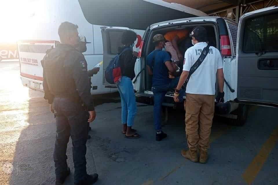 El viajar todos juntos en un solo autobús, puso al descubierto a un grupo de haitianos, que ingresaron a nuestro país en forma ilegal