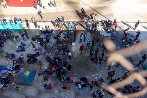 Acampan bajo puente miles de haitianos
