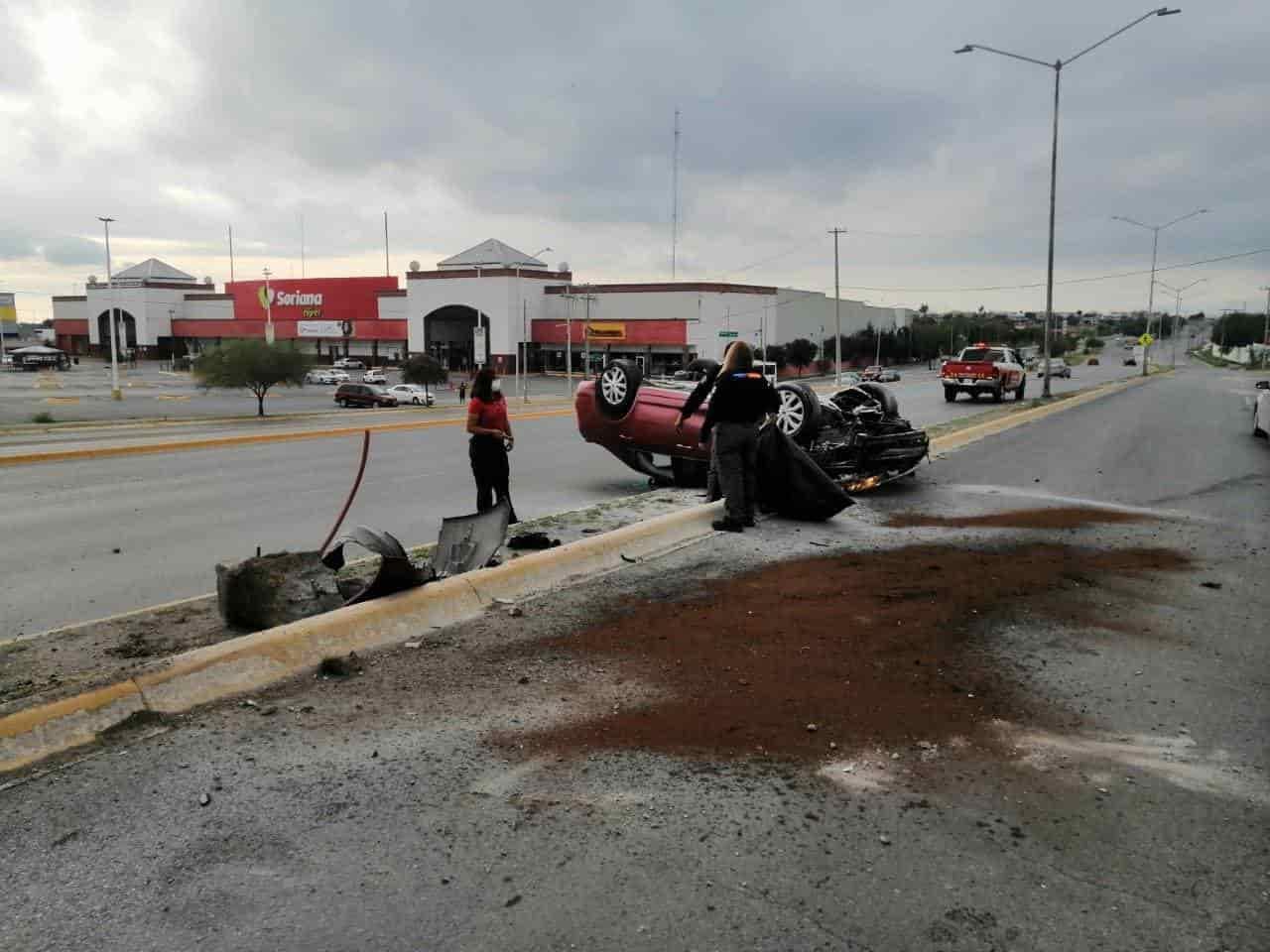 La volcadura de un automóvil dejó un saldo de una persona lesionada