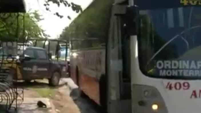 Un pasajero de un autobús resultó lesionado luego de ser acuchillado, a parecer por el operador de la unidad