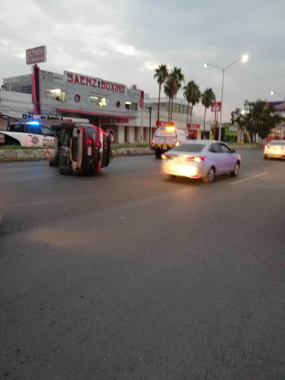 Una camioneta conducida por una mujer terminó volcada después de ser impactada por otro vehículo