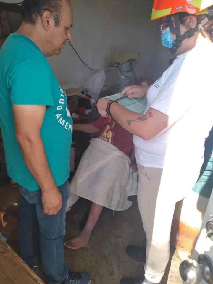 Rescatan a mujer de la tercera edad, que vivía en condiciones de abandono en una humilde casa