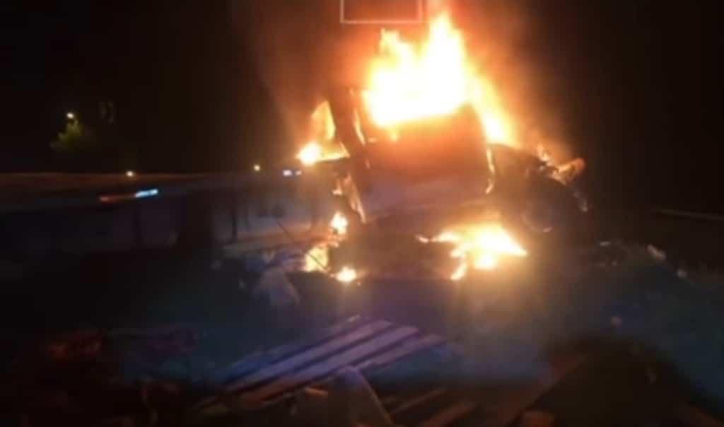 Un tráiler de plataforma que transportaba maquinaria pesada, se descontrolo, chocó y se encendió