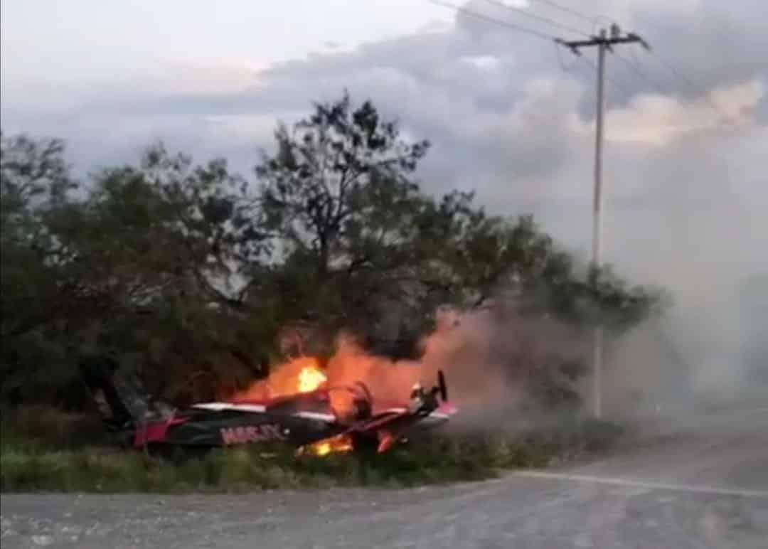 La pareja se salvó de morir luego de que la aeronave en la que viajaban se incendió al tocar tierra